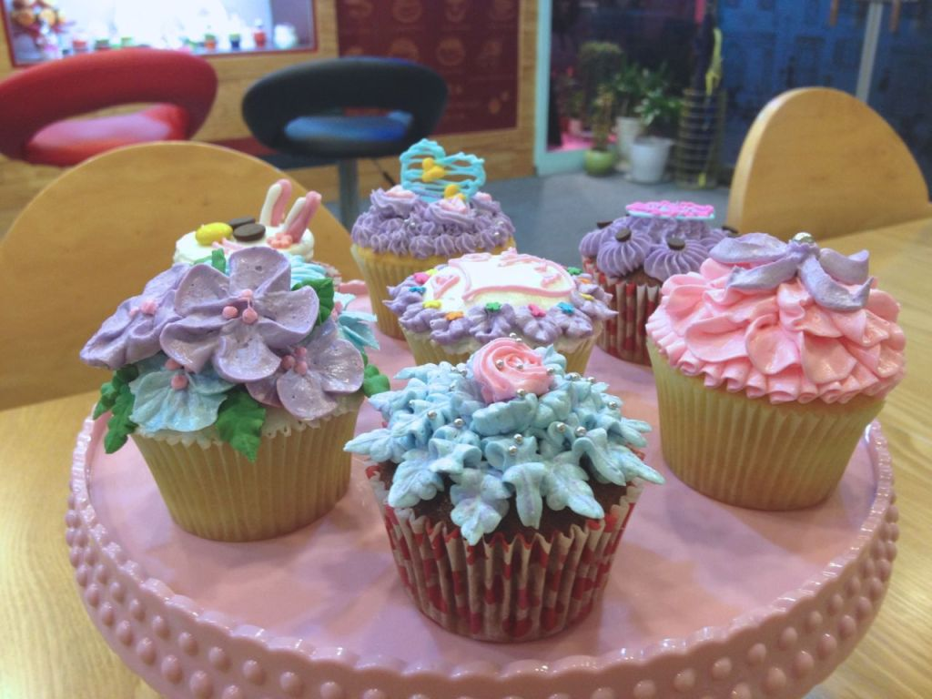 Cupcake Decorating Lesson in Geoje, South Korea at Cupcake Saii
